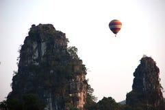 Ballon au-dessus de Karst Photographie stock