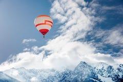 Ballon au-dessus de paysage d'hiver Image libre de droits
