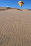 Ballon au-dessus des dunes Image stock