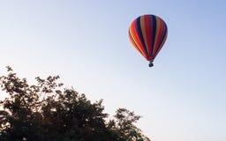 Ballon au-dessus du Vang Vieng, Laos Images libres de droits