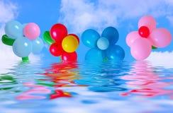 Ballon auf Hintergrundhimmel und -wasser Stockfotografie