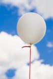 Ballon branco no céu Fotos de Stock
