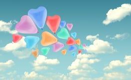 Ballon coloré de coeur d'amour sur le fond de ciel bleu, valentine Co Photographie stock libre de droits