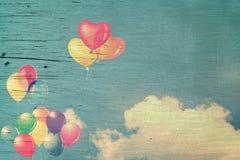 Ballon coloré de coeur de vintage sur le ciel bleu Photo stock