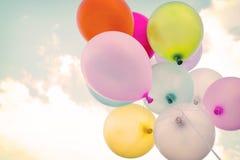 Ballon coloré de Ntage sur le ciel bleu Photos stock