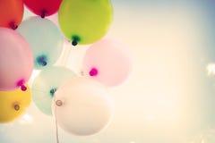 Ballon coloré de Ntage sur le ciel bleu Image libre de droits