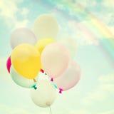 Ballon coloré de vintage avec l'arc-en-ciel sur le ciel bleu Images libres de droits