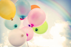 Ballon coloré de vintage avec l'arc-en-ciel sur le ciel bleu Image libre de droits