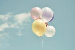 Ballon coloré de vintage avec le ciel Image stock