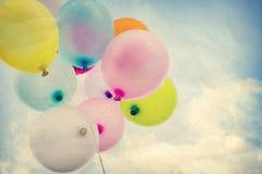 Ballon coloré de vintage sur le ciel bleu Image libre de droits