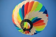 Ballon coloré sur le fond de ciel bleu Images libres de droits