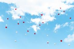Ballon de coeur avec blanc et rouge colorés sur l'amour de concept de ciel bleu pendant l'été et la valentine, épousant la lune d Image stock