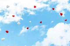 Ballon de coeur avec blanc et rouge colorés sur l'amour de concept de ciel bleu pendant l'été et la valentine, épousant la lune d Image libre de droits