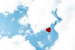 Ballon de coeur avec blanc et rouge colorés sur l'amour de concept de ciel bleu pendant l'été et la valentine, épousant la lune d Photographie stock libre de droits