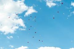 Ballon de coeur avec blanc et rouge colorés sur l'amour de concept de ciel bleu pendant l'été et la valentine, épousant la lune d Images stock