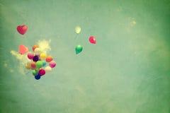 Ballon de coeur de vintage avec coloré sur le ciel bleu Photos libres de droits