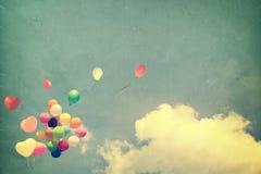 Ballon de coeur de vintage avec coloré sur le ciel bleu Images libres de droits