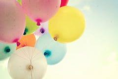 Ballon de coeur de vintage avec coloré sur le ciel bleu Photographie stock libre de droits