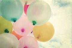Ballon de coeur de vintage avec coloré sur le ciel bleu Photos stock