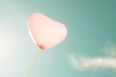 Ballon de coeur de vintage sur le ciel bleu Images stock