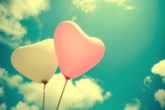 Ballon de coeur de vintage sur le ciel bleu Photographie stock