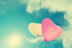 Ballon de coeur de vintage sur le ciel bleu Photos stock