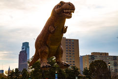 Ballon de dinosaure dans le défilé de thanksgiving de Philly Image stock