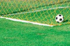 Ballon de football au but dans le stade photo libre de droits