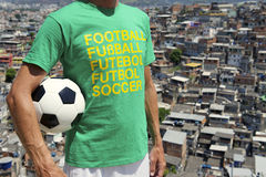 Ballon de football brésilien Rio Favela Slum de joueur de football Images stock