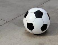 Ballon de football concret énorme Photographie stock libre de droits