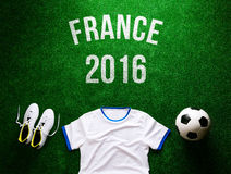 Ballon de football, crampons et T-shirt blanc contre le gazon artificiel Photographie stock libre de droits