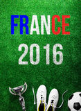 Ballon de football, crampons, trophée et signe des Frances 2016 Photo stock