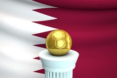 Ballon de football d'or devant le drapeau du Qatar images libres de droits
