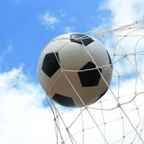 Ballon de football dans le but Photographie stock