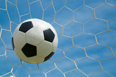 Ballon de football dans le but après shooted Images libres de droits