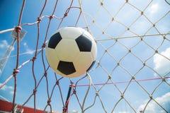 Ballon de football dans le but après shooted Image libre de droits