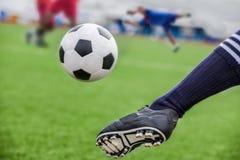 Ballon de football de coup-de-pied Images stock