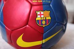 Ballon de football de FC Barcelona sur le terrain de football Photos stock