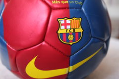 Ballon de football de FC Barcelona sur le terrain de football Images stock