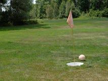 Ballon de football de Footgolf, Flagstick et trou de mise images libres de droits