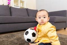 Ballon de football de jeu de bébé de l'Asie photographie stock