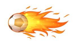 Ballon de football de vol avec des flammes d'isolement sur le blanc Photos libres de droits