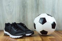 Ballon de football et espadrilles Image libre de droits