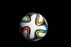 Ballon de football/football décoré des insignes 2014 de coupe du monde Photographie stock libre de droits