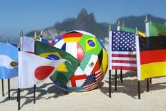 Ballon de football international Rio de Janeiro Brazil de drapeaux de pays du football Photo libre de droits