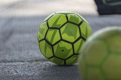 Ballon de football jaune au sol Photo libre de droits