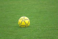 Ballon de football jaune sur la pelouse photos libres de droits