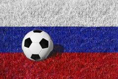 Ballon de football ou boule du football sur champ bleu/rouge blanc, drapeau national de la Russie Images libres de droits