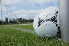 Ballon de football près d'un poteau de but photo stock