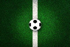 Ballon de football sur la ligne blanche d'inscription Photos stock